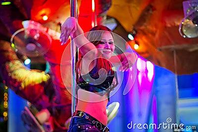 Dança da menina no pólo no clube nocturno de Patong Fotografia Editorial