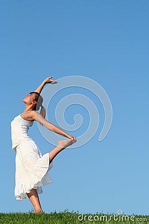 Dança da mulher na grama