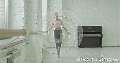 Dançarino de bailado clássico que exercita o leve dos temps na barra vídeos de arquivo