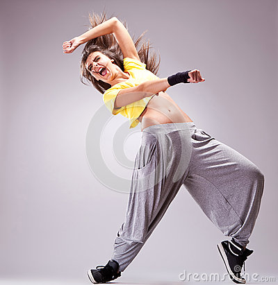 Dançarino que grita em um movimento bonito da dança