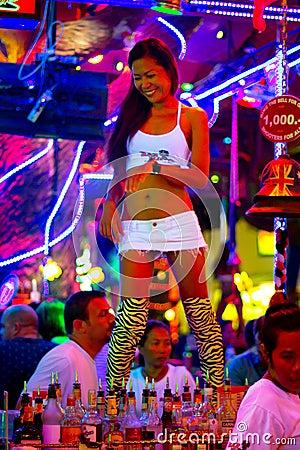 Dança tailandesa da mulher no clube nocturno de Patong Imagem Editorial