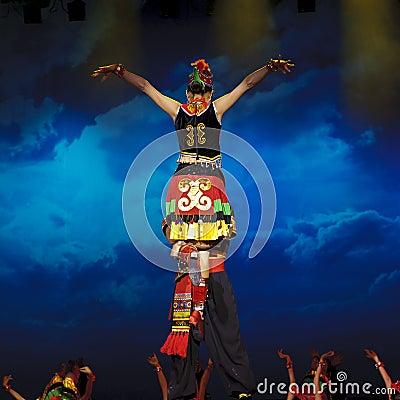 Dança étnica chinesa da nacionalidade de Yi Imagem Editorial