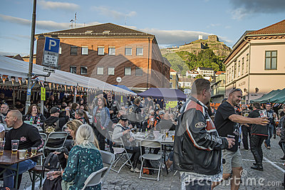 Dance, party and appearance at Halden squares