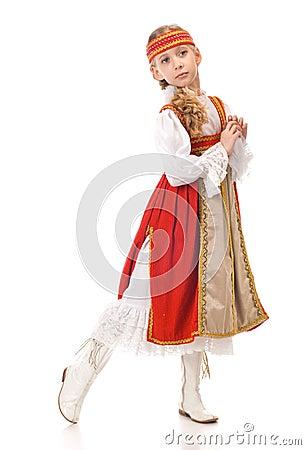 Dancing della ragazza in vestito nazionale