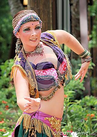 Dancing di pancia della ragazza Fotografia Editoriale