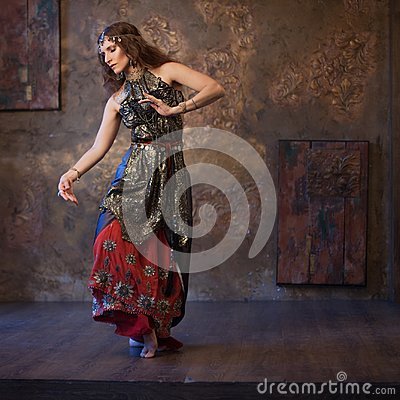 Free Dancing Pretty Woman In Indian Costume On A Textured Background Stock Photos - 99882513