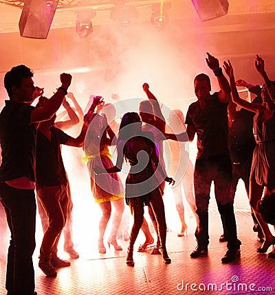 Dancingowi dyskoteki radości ucznie młodzi