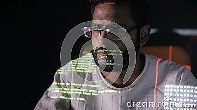 Dane kodu odbicie na programista twarzy Hackery sieka programm kod przy nocą w szkłach zdjęcie wideo