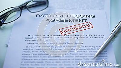 Dane - przetwarzający zgodę poufną, ręki cechowania foka na biznesowym dokumencie zdjęcie wideo