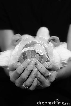 Dans des bras de la maman