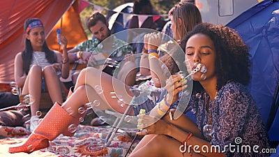 Dans les bulles de soufflement de hippie insouciant de haute qualité de format dans la tente banque de vidéos
