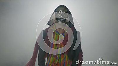 Danse drôle cruelle de caractère de Halloween de carnaval en brouillard et appeler au-dessus des personnes avec des mains - banque de vidéos