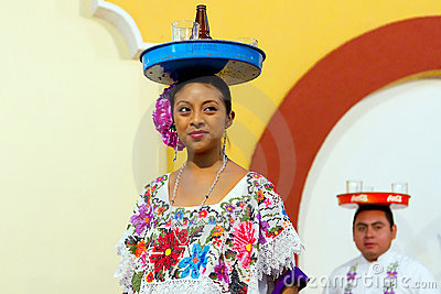 Danse mexicaine avec le plateau de bière Photo éditorial