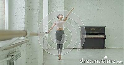 Danseur classique classique exerçant le pounte au barre banque de vidéos