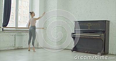 Danseur classique classique exerçant le releve au barre banque de vidéos