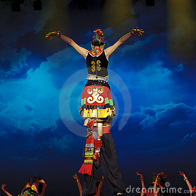 Danza étnica china de la nacionalidad de Yi Imagen editorial
