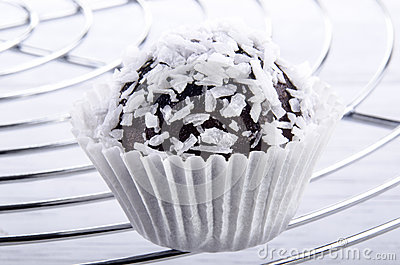 Dark chocolate praline with grated coconut