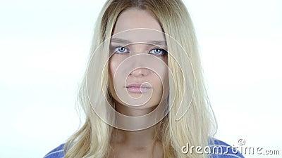 Darstellende Frau nein durch das Rütteln des Kopfes, weißer Hintergrund stock footage