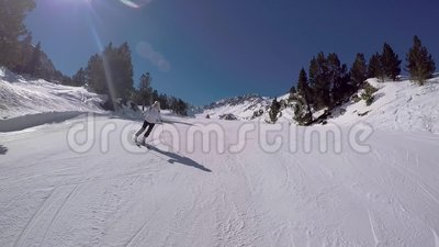 Das aktive Frauen-Skifahren, das auf Berg Ski On The Highway And schnitzt, haben Adrenaline stock footage