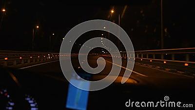Das Auto bewegt sich nachts entlang der Straße stock video footage