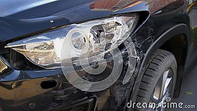 Das Auto nach dem Unfall stürzte das Auto in der Nähe des Scheinwerfers ab stock video