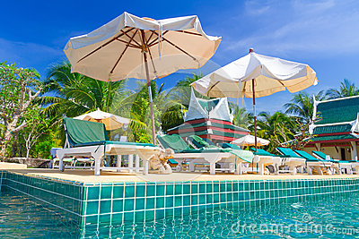 Días de fiesta tropicales en la piscina