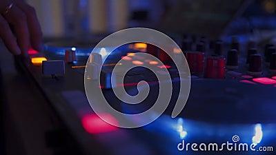 Das DJ an der Disco arbeitet hinter der Fernbedienung Tanzboden und Unterhaltungsmusik DJ im Nachtclub stock video footage
