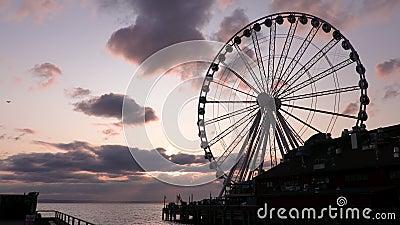Das große Flugzeug mit Rad und Jet, das bei Sonnenuntergang über den Himmel über Puget Sound fliegt, Seattle, Washington, USA stock video