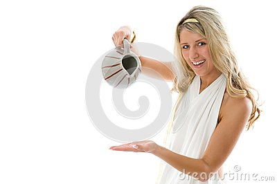 Das junge attraktive Mädchen gießt Milch von einem Krug