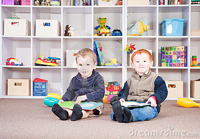 Das Lächeln der Kinder, die Kinder lesen, meldet im Spielraum an