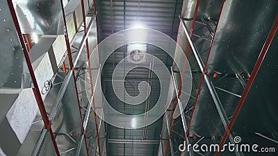 Das Licht geht innerhalb der leeren logistischen Mitte an Perspetive-Ansicht stock footage