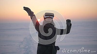 Das Mädchen benutzt Gläser der virtuellen Realität im Winter auf der Straße stock video