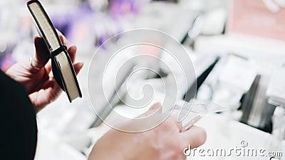 Das Mädchen im Laden wählt ein Notebook zum Kauf Handschließung stock footage