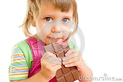 Das mädchen isst schokolade einen weißen hintergrund