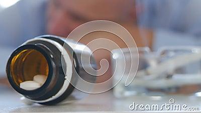 Das müde Mann-Schlafen erregen mit Kopf auf dem Tisch nach Medikament-Missbrauch Schwindel stock footage