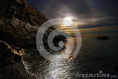 Das Meer, die Sonne, Wolken, Steine