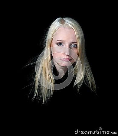 Das melancholische Mädchen auf einem schwarzen Hintergrund.