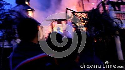 Das Museum auf Feuer stock footage