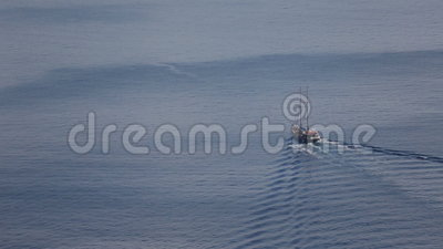 Das Segeln in Richtung zu den roten Klippen der Santorini-Insel mit ihm ist - Fira, auf die Oberseite ernstlich stock footage