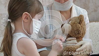 Das Spiel tut so, als wäre es ein Arzt, Krankenschwester, Tierarzt, behandelt einen Patienten mit einem Impfstoff Koronavirus-Gef stock video footage