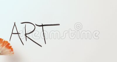 Das Wort Kunst in schwarz gemalt mit einzigartigem, auf den Hintergrund gebürstetem Lüftermuster stock footage
