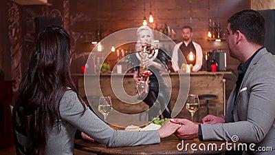Date romantique dans un restaurant de cru pendant un concert solo de jazz banque de vidéos