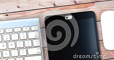 Datenschutzabdeckung für weiße Kamera Webcam verschieben Abdeckung für ein elektronisches Gerät mit Tastatur und Maus auf einem H stock footage