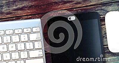 Datenschutzabdeckung für weiße Kamera Webcam verschieben Abdeckung für ein elektronisches Gerät mit Tastatur und Maus auf einem H stock video