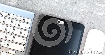 Datenschutzabdeckung für weiße Kamera Webcam verschieben Abdeckung für ein elektronisches Gerät mit Tastatur und Maus auf einer B stock video footage