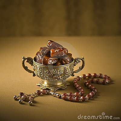 Free Dates Bowl And Rosary Royalty Free Stock Images - 20567309