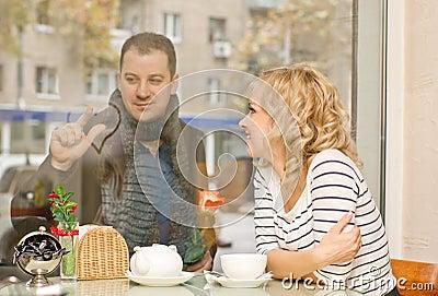 Datum. Aantrekkelijke jonge vrouw en haar vriend