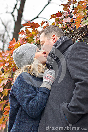 Datum. Jonge vrouw en man kussen openlucht