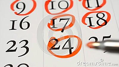 Datum und Tage der Handmarkierung mit roter Markierung im Kalender stock video