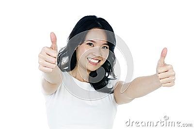 De aantrekkelijke jonge vrouw die duimen geeft ondertekent omhoog